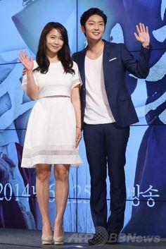 韓国・ソウル(Seoul)のJWマリオットホテル東大門スクエア・ソウル(JW Marriott Dongdaemun Square Seoul)で行われた、韓国放送公社(KBS)の新ドラマ「朝鮮銃使い(英題、Gunman in Joseon)」の制作発表会に臨む、俳優のイ・ジュンギ(Lee Joon-Gi、左)と女優のナム・サンミ(Nam Sang-Mi、2014年6月19日撮影)。(c)STARNEWS ▼30Jun2014AFP|イ・ジュンギの最新主演ドラマ「朝鮮銃使い」、制作発表会開催 http://www.afpbb.com/articles/-/3018983 #Nam_Sang_Mi #Lee_Joon_Gi