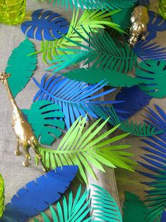 Mise en scène d'une décoration de table sur un thème tropical avec découpage de…