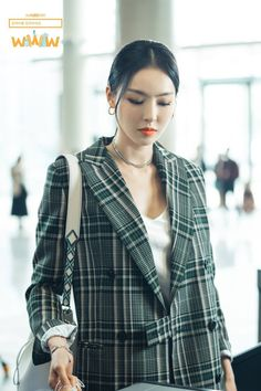 Love the oversize blazer with the v-neck blouse Kpop Fashion, Korean Fashion, Girl Fashion, Fashion Outfits, Kpop Outfits, Casual Outfits, Asian Street Style, Professional Outfits, Korean Actresses