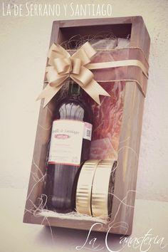 La de Serrano y Santiagoes uno de nuestros arreglos navideños con vino favoritos para este año por tener una selecciónprecisa y perfecta de finos productos gourmet para un regalo corporativo idea…