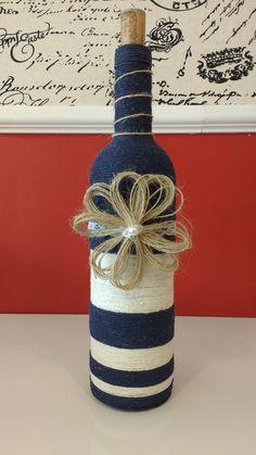 Garrafa de vidro decorada com rendas, barbantes, juta e aviamentos. (750ml)  Personalizada de acordo com preferência do cliente.