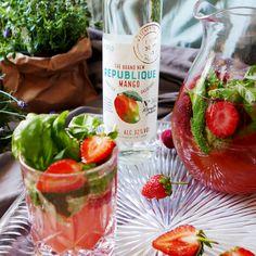 Läskande sommarbål med mango romen The Brand New Republique, jordgubbar och basilika - passar utmärkt som välkomstdrink, på balkongen/terassen varma sommardagar. Recept @ Foodfolder.se