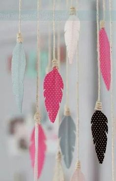 fabric crafts nursery DIY birds of a feather mobile Fabric Feathers, Bird Feathers, Bird Fabric, White Feathers, Diy Paper, Paper Crafting, Diy For Kids, Crafts For Kids, Feather Mobile