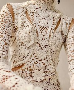 Close up: Irish crochet lace features three-dimensional flowers and tangled garlands of leaves all inspired by the curved lines of nature that were central to the British Art Nouveau aesthetic. From the Alexander McQueen Autumn/Winter 2018 pre-collection. Style Couture, Couture Details, Fashion Details, Couture Fashion, Runway Fashion, High Fashion, Couture Trends, Dress Fashion, Fashion Fashion
