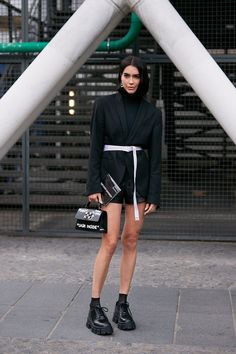 See the Latest Paris Fashion Week Street Style Spring 2020 Hipster Fashion, Cool Street Fashion, 80s Fashion, Urban Fashion, Paris Fashion, Style Fashion, Blazer Fashion, Ootd Fashion, Fashion Outfits
