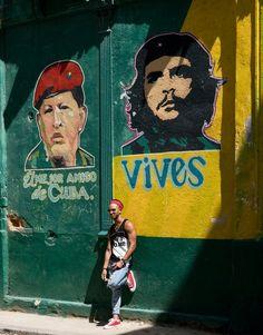 """Idole des Kommunismus: """"Du lebst"""" steht unter dem Bild Guevaras. Neben ihm wurde Hugo Chavez verewigt."""