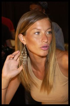 Gisele with surprisingly adult and clean look, great! Never saw her with sleek hair