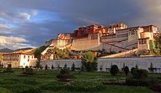 Das Potala Palast, das Wahrzeichen Tibets zieht täglich unzählige Pilger an und thront imposant über der Hauptstadt Lhasa. Es war die Residenz der Dalai Lamas und ist heute für Touristen zugänglich.