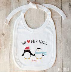 """Precioso babero de color blanco, serigrafiado con la ilustración en tonos pastel de una adorable pareja de pingüinos enamorados, y la frase: """"Yo quiero a mis papás"""". ¡Perfecto para regalar en Navidad! #bebé #baberos #baberospersonalizados #cosasbonitas #baby #ilustración #illustration"""