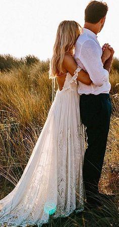 Gelin damada sarılırken, güneş ışığı ile açık hava düğün fotoğrafı pozu | Kadınca Fikir - Kadınca Fikir