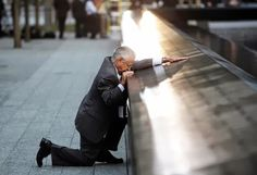 Padre de una de las víctimas del atentado del 11S en New York arrodillado frente al nombre de su hijo en el monumento del World Trade Center.