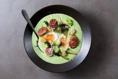 Brokkolisuppe med kjøttpølser og egg