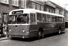 SBM, Aardenburg bus 45 een Leyland van Hool Bolramer met kenteken UB-30-63 op woensdagmiddag op het Ledelplein in Oostburg op weg naar Brugge (woensdag marktdag werd de centrale halte van de Markt verplaatst naar het Ledelplein)