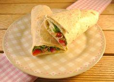 Koude wrap gevuld met rucola, pesto-roomkaas en kipfilet | Lekker en Simpel