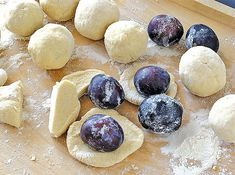 švestkové knedlíky Dumpling Recipe, Dumplings, Plum, Dairy, Food And Drink, Cheese, Fruit, Recipes, Czech Republic