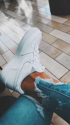trendy sneakers, best sneakers 2019 women's, jeans and sneakers outfit, sneak. Sneakers Mode, Sneakers Fashion, Fashion Shoes, Nike Sneakers, 90s Fashion, Fashion Outfits, Souliers Nike, Basket Style, Aesthetic Shoes