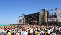 音楽好きにとっての夏の恒例行事といえば、夏フェス。 夏フェスというのは、夏に行われるロックフェスティバルのことで、主に野外の広大な敷地を使って開催されます。 日本でも夏の間、各地でさまざまなフェスが開催されます。そんな夏フェスについて調べてみました。 ・夏フェスの人気ランキング ・予算や装備は? ・無料フェス情報 夏フェスの人気ランキング 数多く開催される夏フェスの中から、毎年開催される野外フェスの中で人気の高いものをランキングで紹介します。 第1位:FUJI ROCK FESTIVAL 会場:湯沢町 苗場スキー場 (新潟) 1999年から、毎年7月下旬または8月上旬に、新潟県湯沢町の苗場スキー場で開催されています。広大な会場に国内外200組以上のミュージシャンが揃う日本最大規模の野外音楽イベントです。ちなみに、名称の由来である富士山近辺で行われたのは1997年の第一回目のみです。 2015年は7月24日(金)、25日(土)、26日(日)。 2015年出演アーティストはこちら アクセス情報はこちら 第2位:ROCK IN JAPAN FESTIVAL ・会場:...