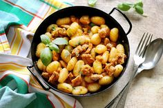 Juditka konyhája: ~ BAZSALIKOMOS CSIRKEPÖRKÖLT GNOCCHIVAL ~ Gnocchi, Kung Pao Chicken, Chana Masala, Eat, Ethnic Recipes, Bors, Drink, Red Peppers, Beverage