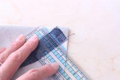 初心者でも簡単!型紙なしレッスンバッグ(絵本&図書バッグ)と上履き入れの作り方☆切り替えとマチ付きのシンプルデザインで男の子でも女の子でもOK![裁断イメージ無料ダウンロード] | ひらめき工作室 Sewing Leather, Patchwork Bags, Learn To Sew, Diy And Crafts, Upcycle, Sewing Projects, Tote Bag, Pattern, Handmade