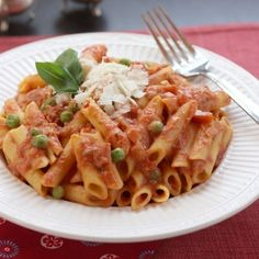 Lightened-Up Penne and Tomato Cream Sauce with Peas & Prosciutto - Cupcakes & Kale Chips Creamy Tomato Sauce, Tomato Cream Sauces, Pea Recipes, Healthy Recipes, Yummy Recipes, Yummy Food, Penne Pasta Recipes, Cream Sauce Recipes, Dinner Entrees