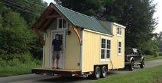 Fotografías y descripción de una casa mínima construida sobre un remolque. Vivienda de madera, de 19m2 para una pareja que vive en Pennsylvania.