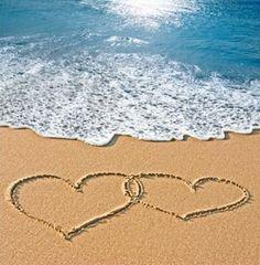 Trouwkaart hartjes in het zand geschreven met zee. Kies de kaart, pas de tekst aan en vraag een gratis proefdruk op (je betaalt zelfs geen verzendkosten!). http://www.trouwpost.nl/trouwkaarten/hartjes/