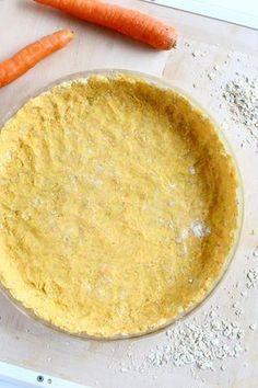 Törmäsin Nainen talossa-blogissa kehuttuun suolaisen piirakan pohjaan, jonka kerrottiin olevan myös se paras piirakanpohja. Ja sitähän täytyi testata! En normaalisti välitä tavallisista voisista pohjista, sillä ne ovat melko raskaan tuntuisia, ja olenkin käyttänyt usein rahka-voitaikinaa erilaisilla jauhoilla höystettynä suolaisissa piirakoissa. Tämä porkkanaa sisältävä pohja oli kuitenkin sen verran maukas, että taidanpa jatkossa siirtyä käyttämään sitä. …