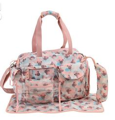For any mama who loves Minnie Mouse. Here's a Minnie Mouse print diaper bag. I love how the bag is a bit translucent looking. Baby Nappy Bags, Fashionable Diaper Bags, Diaper Bag Essentials, Diaper Bag Organization, Baby Backpack, Holding Baby, Changing Pad, Disney Mickey, Minnie Mouse