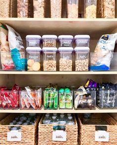 Organisation et rangement d'un garde manger efficace Kitchen Organization Pantry, Home Organisation, Pantry Storage, Kitchen Pantry, Life Organization, Pantry Ideas, Kitchen Storage, Kitchen Decor, Pantry Room