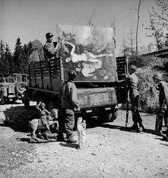 Soldados americanos recolhem obras de arte que foram roubadas pelo general nazista Hermann Goering – 1945.(William Vandivert)