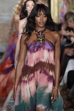 Supermodel @NaomiCampbell closes the emiliopucci show in a tie...