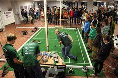 In einer öffentlichen Vorführung demonstrieren FAU-Roboter ihre Fußball-Künste. Foto: FAU/Pöhlein