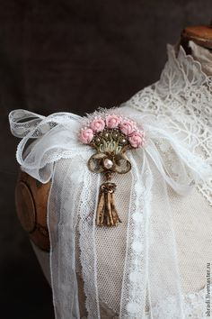 / delicate flower brooch with little tassel / Bead Embroidery Jewelry, Textile Jewelry, Bead Jewellery, Beaded Jewelry, Brooches Handmade, Handmade Flowers, Handmade Crafts, Handmade Jewelry, Couture Embroidery