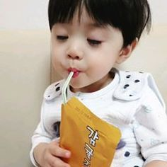 ⠀⠀⠀⠀⠀⠀⠀⠀⠀⠀⠀⠀⠀⠀⠀⠀⠀ 오늘도 너땜에 웃고울고지지고볶고 그러다 또 니사진보다가 잔다 이놈아 이 농약같은 머스마. ⠀⠀⠀⠀⠀⠀⠀⠀⠀⠀⠀⠀⠀⠀⠀⠀⠀ #이로운 #생후424일 #출구없는매력 #미운데이뻐 #이뿐데미워 #끊을수없는이로운 #아기… Cute Asian Babies, Korean Babies, Asian Kids, Cute Babies, Mode Ulzzang, Ulzzang Kids, Cute Baby Boy, Cute Boys, Baby Kids