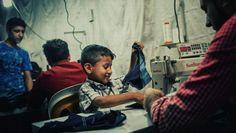 Περισσότεροι από τρία εκατομμύρια Σύριοι πρόσφυγες, οι μισοί από αυτούς κάτω των 18 ετών, έχουν καταφύγει στην Τουρκία. Εκτιμάται πως οι 650.000 από αυτούς έχουν βρει δουλειά. Από αυτούς οι περισσότεροι εργάζονται στην κλωστοϋφαντουργία.Συχνά οι συνθήκες εργασίας τους είναι άθλιες #Garment #Turkey #refugees #Syrianrefugees #πρόσφυγες #fragilemagGR http://fragilemag.gr/kleista-synora-mono-gia-tous-anthropous-gia-ta-royxa-poy-raboun-prosfyges-oxi/