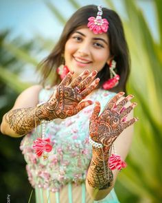 Nowadays modern Indian weddings have adopted a new tradition of bridal shoot so here are some bridal mehndi poses inspiration for your mehndi day. From posing solo to posing with their adorable pets, brides will never run out of poses. Indian Bride Poses, Indian Wedding Poses, Indian Bridal Photos, Indian Wedding Couple Photography, Indian Weddings, Indian Wedding Mehndi, Mehendi Photography, Girl Photography Poses, Bridal Photography