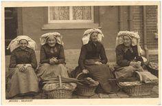 Vier vrouwen in klederdracht, met rieten manden