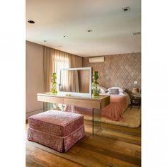 Quartos dos sonhos, o ambiente projetado por Helena Camargo (@h2arquitetura@) tem uma pentadeira especial, De um lado fica o espelho, do outro a TV em frente à cama. Não é o máximo? Mais ideias de decoração do quartos acesse casaejardim.com.br #décor #decoração #decoraçãoétododia #decoration #quartosdesonho #bedroom #bedrooms