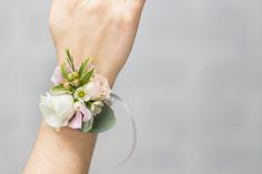 Lesbraceletsdefleursnaturelles amènent une note d'originalité à la tenue de la mariée, des demoiselles d'honneur et des témoins.