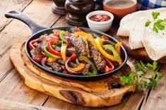 Recipe for Fajitas con carne, the popular Mexican tortillas, filled with . - Food and drink - Fajitas Recipes Beef Fajita Recipe, Beef Recipes, Cooking Recipes, Fajita Seasoning, Skillet Recipes, Chicken Recipes, Tortilla Bread, Kinds Of Steak, Healthy Recipes