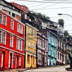 Contrastes . . #vsco #vscogood #vscocam #snapseed #snapshot #snap #eyeem #architecture #archdaily #igers #instamoment #hallazgosemanal #chile #city #travel #walk #photography #valparaiso #streetart #colorful
