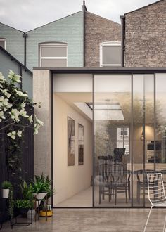 Very slim roof edge with oversized doors but EXPENSIVE House Extension Design, Extension Designs, Glass Extension, Rear Extension, House Design, Building Extension, Victorian Terrace, Victorian Homes, Architecture Details