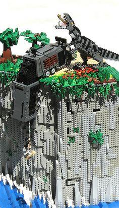 The Lost World (Jurassic Park — in LEGO! - broken link but awesome picture Lego Jurassic Park, Lego Design, Lego Der Hobbit, Casa Lego, Tyrannosaurus, Mega Pokemon, Vintage Logo, Lego Sculptures, Amazing Lego Creations
