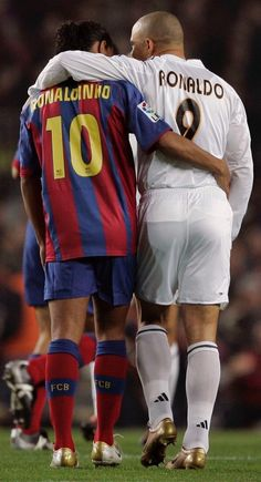 Ronaldinho of Barcelona and Ronaldo of Real Madrid embrace during a soccer match. Football 2018, Football Icon, Best Football Players, Football Is Life, World Football, Soccer World, Sport Football, Soccer Players, American Football