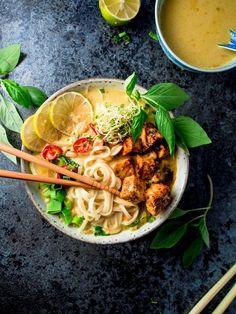 Malesialainen tofulaksa (V, GF) – Viimeistä murua myöten Veggie Recipes, Asian Recipes, Vegetarian Recipes, Healthy Recipes, Delicious Recipes, Pesco Vegetarian, Food Cravings, I Love Food, Healthy Cooking