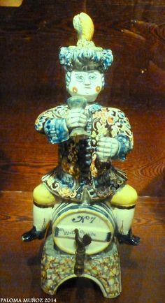 Museo de la cultura del vino Fuente de vino. Autor desconocido. Delft, Holanda, 1757. Elaborada en molde, vidriada,  cerámica de fayenza. Museum of Wine culture Source of wine. Unknown autor Delft, Holland, 1757 faience, ceramic