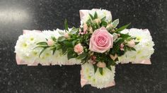 An 18 inch cross for a childs & # funeral – grabbepflanzung – Wreaths Remembrance Flowers, Memorial Flowers, Funeral Flower Arrangements, Funeral Flowers, Shabby Chic Wreath, Casket Sprays, Funeral Tributes, Sympathy Flowers, How To Make Wreaths