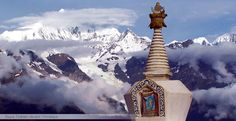 Stupa tibétain devant l'Imalaya