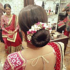Hairstyles Haircuts, Wedding Hairstyles, Mehndi Desighn, Bridal Hair Buns, Bridal Photoshoot, Flower Hair Accessories, Flowers In Hair, Hair Hacks, Hair Cuts