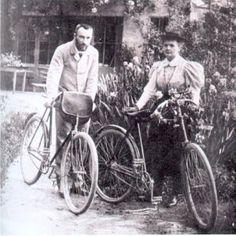 María Sklodowska, polaca de nacimiento, se casó en 1894 con Pierre Curie, científico como ella. Con el dinero que tenían para celebrar la boda, se compraron un tándem (más tarde lo cambiarían por dos bicicletas) con el que se movían siempre juntos. Toda una metáfora de lo que habría de ser su labor científica y su vida. Se dice que en estas bicicletas los Curie emprendieron su viaje de luna de miel.